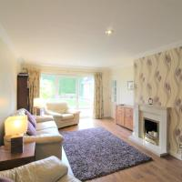 Spacious bungalow/private garden-sleeps up to 6, hotel in Marple