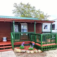 Top of the Hill RV Resort & Cabins, hotel in Waring