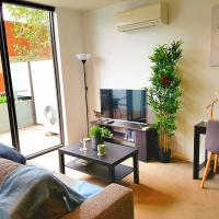 FITZROY FANTASTIC 1BR APT with FREE WINE, NETFLIX, WIFI, close to TRAMS, COLES, hotel in Fitzroy, Melbourne
