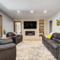 Large Family Home with Peaceful Deck and Backyard!, hotel in Boulder