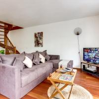 Chic apart with terrace and parking, hotel in Bobigny