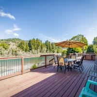 Redwood Coast River House, hotel in Smith River