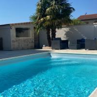 Maison entière avec piscine privée 4lits 8P、アネロンのホテル