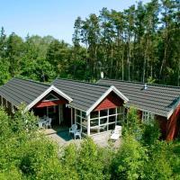 Four-Bedroom Holiday home in Aakirkeby 4, hotel in Vester Sømarken