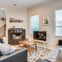 Stunning Oak Lawn Townhouse Close to everything