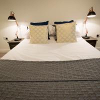 Modern central 1 bedroom apartment sleeps 3, on Parker street