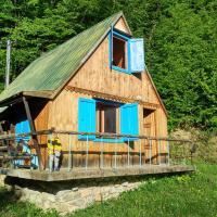 Malebná chata v lese