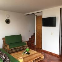 Casa Alcaparro 3 pisos,Centro de Madrid, Cundinamarca, Colombia, hotel en La Pincha