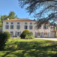 Chez Celine et Philippe chambre Marie dans propriété de charme avec piscine, hotel in Le Fossat