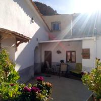 Apartment with 3 bedrooms in Cortes y Graena with wonderful mountain view and enclosed garden 89 km from the slopes, hotel en Graena