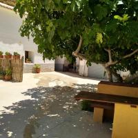 House with 4 bedrooms in Cortes y Graena with wonderful mountain view 89 km from the slopes, hotel en Graena