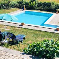 House with 2 bedrooms in Agueda with wonderful mountain view shared pool and WiFi 50 km from the beach, hotel em Urgueira