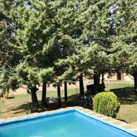 Chalet with 4 bedrooms in Camarena de la Sierra with wonderful mountain view private pool and furnished terrace 6 km from the slopes, hotel in Camarena de la Sierra