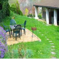Maison de 2 chambres a Saint Laurent la Roche avec jardin clos a 40 km de la plage, hotel in Saint-Laurent-la-Roche