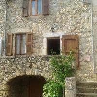 House with 2 bedrooms in Veyreau with wonderful mountain view and furnished terrace 40 km from the slopes, hotel in Veyreau