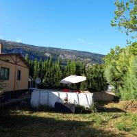 House with 2 bedrooms in Iraneta with wonderful mountain view enclosed garden and WiFi 60 km from the beach, hotel en Irañeta