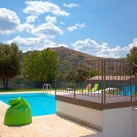 Villa de 3 chambres a Pietralba avec magnifique vue sur la montagne piscine privee jardin clos a 15 km de la plage, hôtel à Pietralba