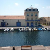 Apartment with one bedroom in Marseillan with wonderful lake view and WiFi 6 km from the beach, hotel in Marseillan