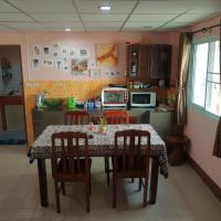 Trin's Art Gallery and Homestay, hotel in Ban Taphong Nok