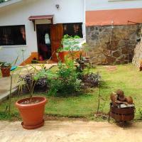 House with 3 bedrooms in Victoria with wonderful mountain view furnished garden and WiFi 10 km from the beach, hotel in Victoria