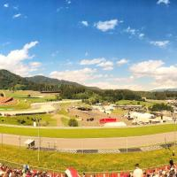 Spielberg front row camp near Red Bull Ring including sounds of pitstops in your tent, hôtel à Spielberg