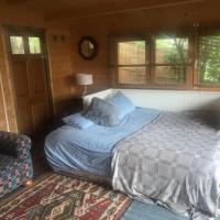 Cosy riverside cabin, hotel in Molesey