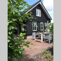 Uniek houten huis nabij bos en plassen