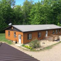 Madawaska Lodge-Cottage, hotel em Madawaska