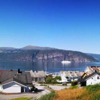 Feriehus ved fjorden i idylliske Utvik i Stryn