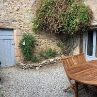 Maison de village en centre bourg avec jardin, Hotel in Noyers-sur-Serein