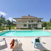 Beautiful Apartment with Pool on an Estate in Tavullia, hôtel à Tavullia