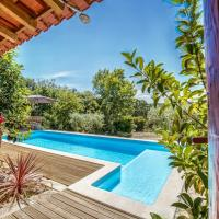 Striking Holiday Home in Carcavelos with Swimming Pool, hotel in Carcavelos