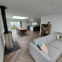 Modern 5 bed house close to beaches