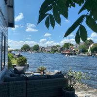 Holiday home at the water, fire place, free wifi, piano, boat, hotel in Aalsmeer