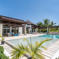 Amazing Villa with Pools, Jacuzzi and Staff