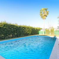 Beautiful home in Los Palacios w/ Outdoor swimming pool, Outdoor swimming pool and 3 Bedrooms, hotel in Los Palacios y Villafranca