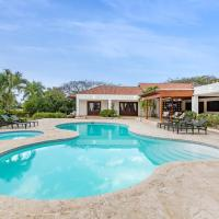 Cozy Villa with Pool, Jacuzzi, Golf Cart & Staff