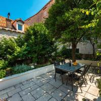 Old town secret garden apartment