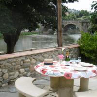 Garden Apartment: Large living area, 2 AC bedrooms: 1 King +2 Singles, garden, table tennis, views, hôtel à Limoux
