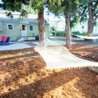 Beautiful Bungalow Next to UNC-FREE Cruiser Bikes!, hotel in Greeley