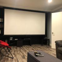 3bedroom, 1 theater sleeps 6 huge backyard modern