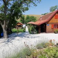 Pod orehom drvena kuća i sauna
