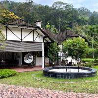 British Tudor Home with Large Compound, hotel di Hulu Langat