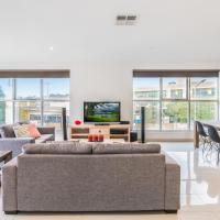 Modern Unit With Balconies Near Melbourne Airport, hotel near Melbourne Airport - MEL, Melbourne