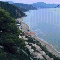 Corfu Glyfada Menigos Beach Apartments, отель в Глифаде