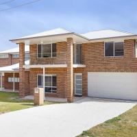 5B BENT STREET - LARGE HOUSE WITH DUCTED AIR CON, WIFI & FOXTEL, hotel in Fingal Bay