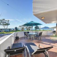 2 'Fleetwood', 63 Shoal Bay Road - spectacular views, hotel in Shoal Bay