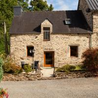 Renovated stone cottage with private, heated covered pool near to Josselin, hotel in Guégon