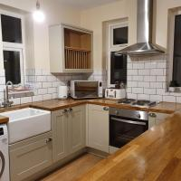 Entire house: Immaculate semi with private driveway, 2 mins from Traffrd Cntr & the motorway