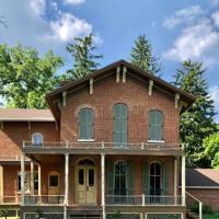 1868 Victorian Italianate Villa, hotel in Watseka